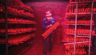Czerwony pył i głodowe pensje. Tak naprawdę wygląda fabryka św. Mikołaja