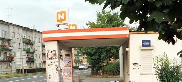 Opuszczona stacja CPN w Raciborzu w 2004 roku.