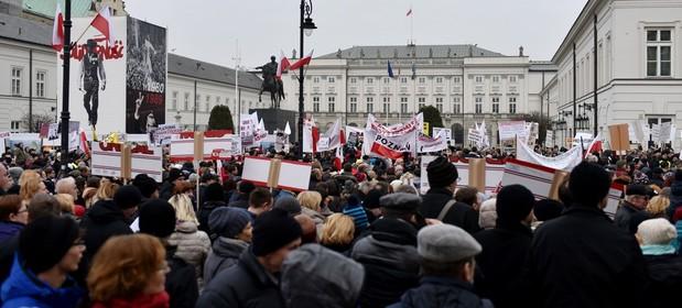 Niezadowoleni frankowicze protestami przypominali Andrzejowi Dudzie o jego obietnicach wyborczych już pod koniec 2015 r.
