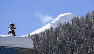 Kręta droga, śnieżne zaspy i mgła. Tak wyglądała droga Mateusza Morawieckiego do Davos