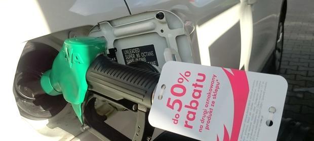 Sąd zauważył, że korzystanie z samochodu bez paliwa nie jest możliwe.