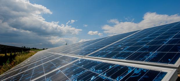 Panele słoneczne w szybie mogą produkować prąd w samochodach i mieszkaniach
