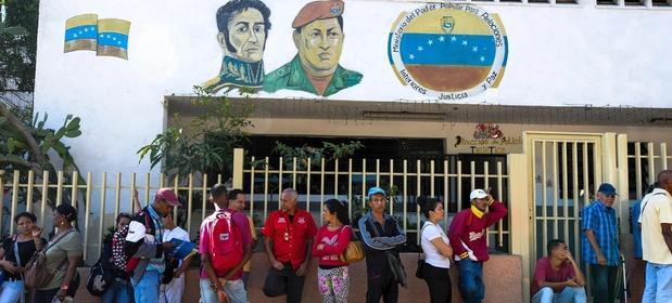 Wenezuelczycy ustawiają się w kolejkach do banków żeby móc wybrać własne pieniądze