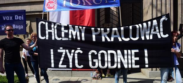 Związek Nauczycielstwa Polskiego domaga się podwyżek na poziomie tysiąca złotych. Nauczyciele w tym roku dostali od 100 do 200 zł