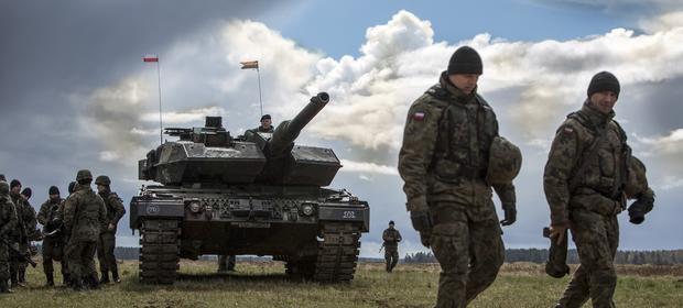 Żołnierz w mundurze na warcie to widok bardzo rzadki w Polsce. MON chce jednak, by to wróciło