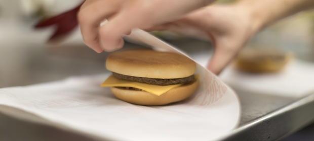 Czy sprzedaż burgera to dostawa żywności czy usługa gastronomiczna?