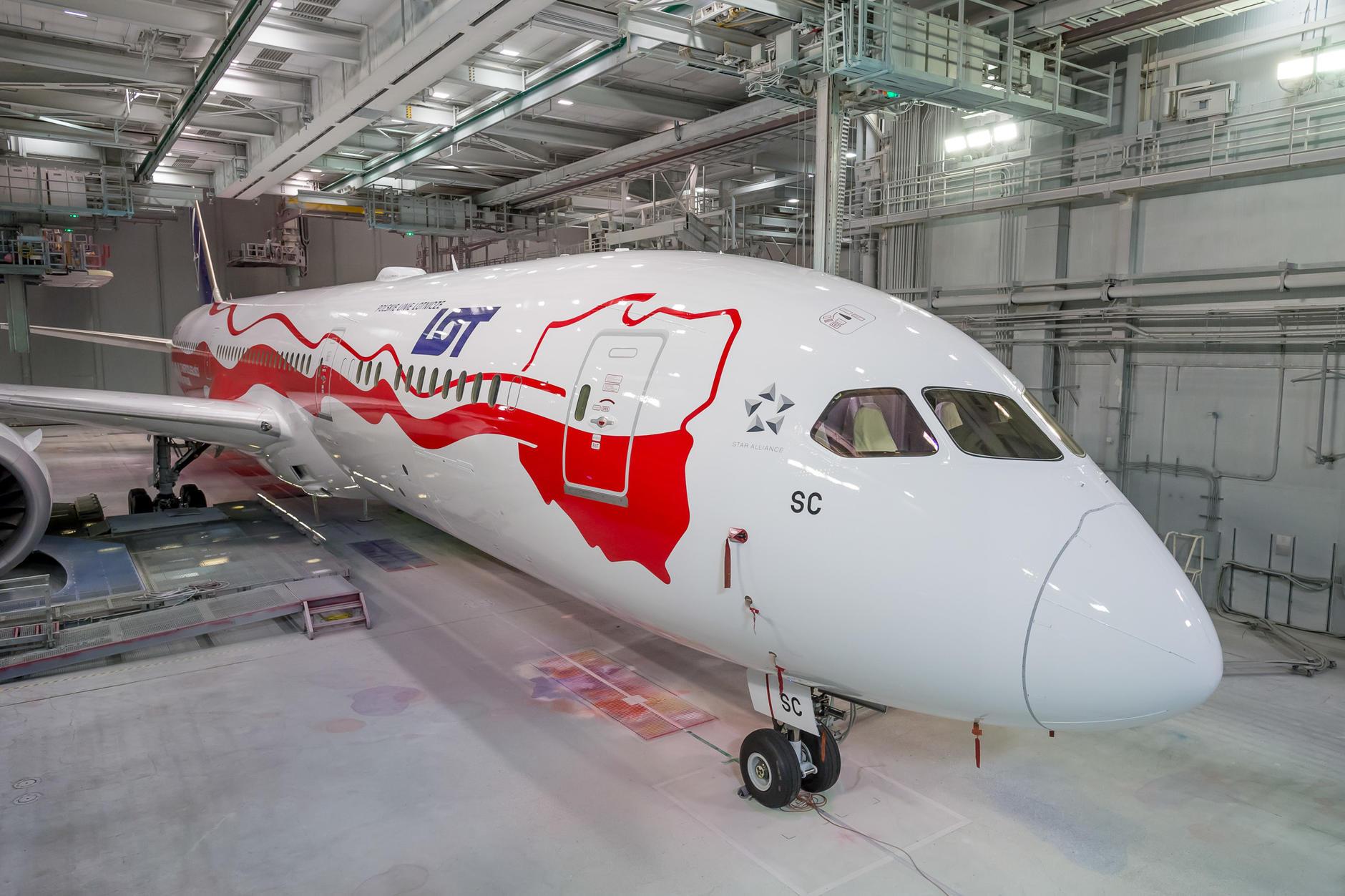 Pierwszy samolot w historii LOT-u w biało-czerwonych barwach. Jako pierwsi ujawniamy zdjęcia