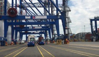 Największy kontenerowiec na świecie w Gdańsku. Tak wygląda rozładunek