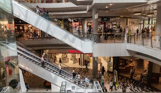 Polacy zwiększają zakupy szybciej niż zarobki. GUS podał dane