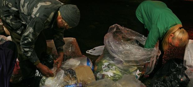 Freeganie nie godzą się na marnowanie jedzenia, to dlatego szukają go na śmietnikach