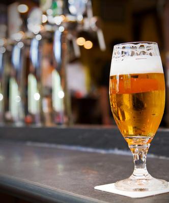 """Resort zdrowia planuje ograniczyć reklamę piwa. Eksperci: """"to nie zmniejszy konsumpcji alkoholu"""""""