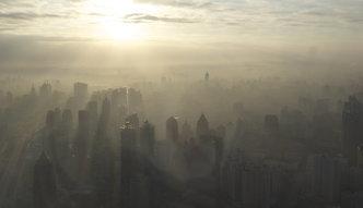 Chiny walczą ze smogiem. 40 proc. fabryk zamkniętych. Zapłacą Amerykanie