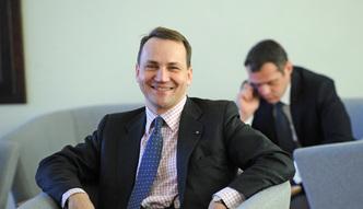 """Polacy bogacą się najszybciej na świecie. Radosław Sikorski kpi z paska """"Wiadomości"""""""