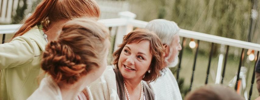 Młodzi coraz chętniej sięgają po kredyt. Seniorzy przeciwnie